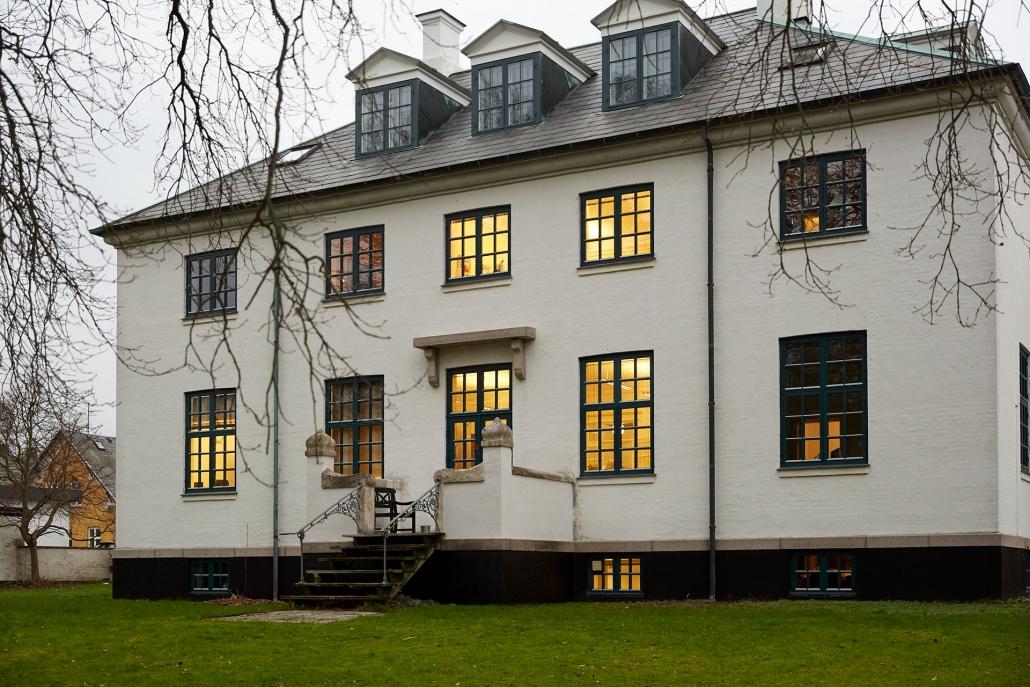 revisorvirksomhed i nordsjælland med lys i vinduerne